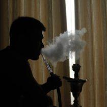 Raucher mit einer Shisha